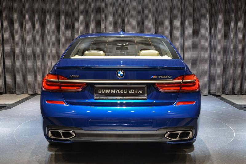 BMW M760Li in Individual Avus blau, Heckansicht mit zwei Doppel-Auspuff-Endrohren