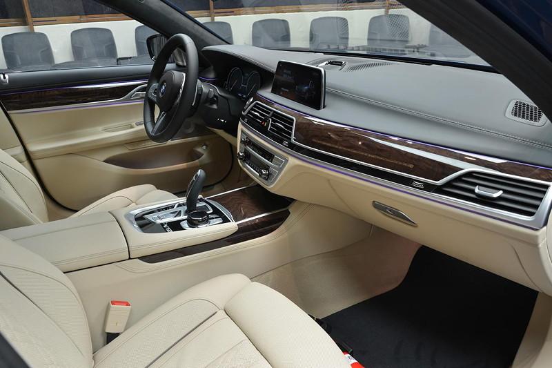 BMW M760Li in Individual Avus blau mit heller Voll-Leder-Ausstattung