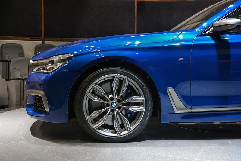 BMW M760Li in Individual Avus blau auf 20 Zoll Felgen vom Typ 'M Doppelspeiche'
