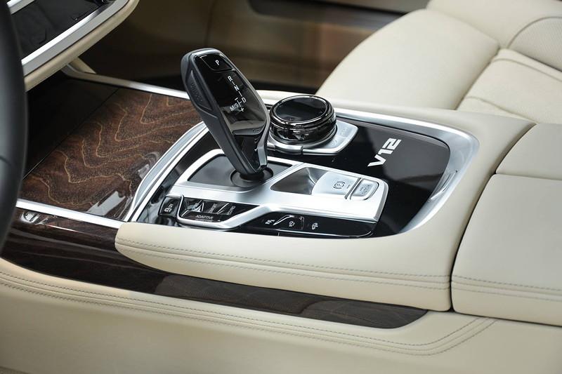 BMW M760Li, Mittelkonsole mit Automatik Gangwahlhebel, iDrive Touch Controller und V12 Logo