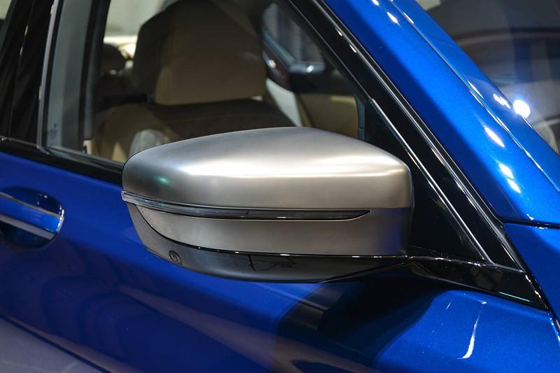 BMW M760Li in Individual Avus blau, Außenspiegel in Cerium grey, kommt aus schmalem Steg der Fenstereinfassung