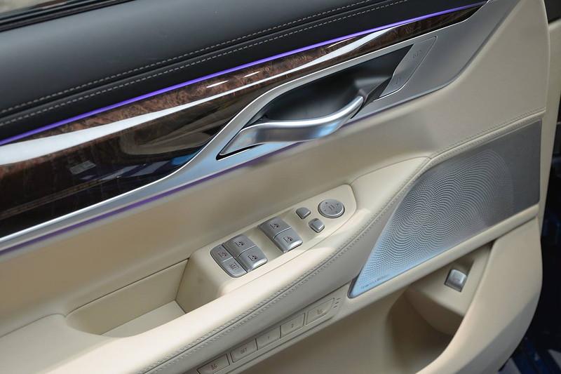 BMW M760Li, Fahrertür von innen, mit Tasten für Fensterheber, Türöffner, Lautsprecher, ambientes Licht
