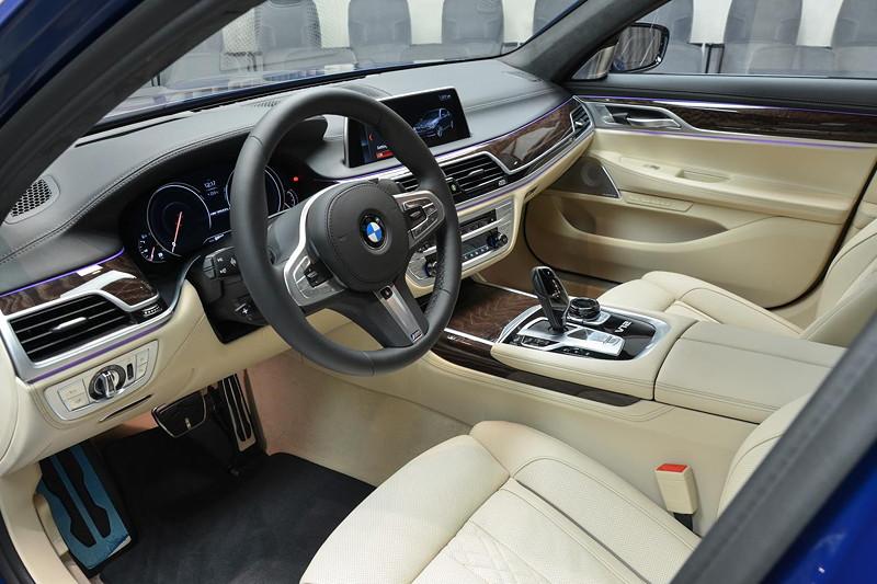 BMW M760Li in Individual Avus blau, Interieur vorne