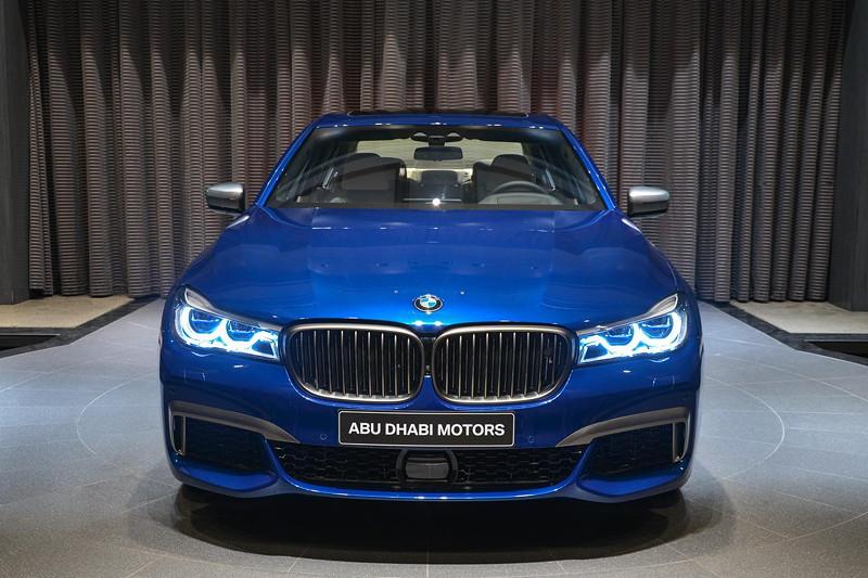 BMW M760Li in Individual Avus blau im Showroom von BMW Abu Dhabi Motors, mit BMW Laserlicht