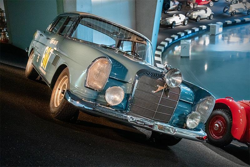 Mercedes-Benz 300 SE Rallyewagen. Der Typ 300 SE ist zu Beginn der 1960er-Jahre das leistungsstärkste Rallye-Fahrzeug von Mercedes-Benz.