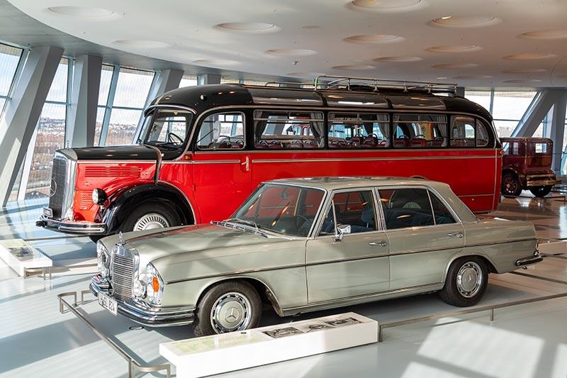 Mercedes-Benz Museum Stuttgart mit dem Mercedes-Benz O 3500 Allwetter-Reiseomnibus hinter dem Mercedes-Benz 300 SEL 6.3.