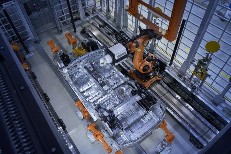 Die neue Multimesszelle im Dingolfinger Karosseriebau: Messung einer Bodengruppe des neuen BMW 8er Coupé mittels Laser-Radar-System.