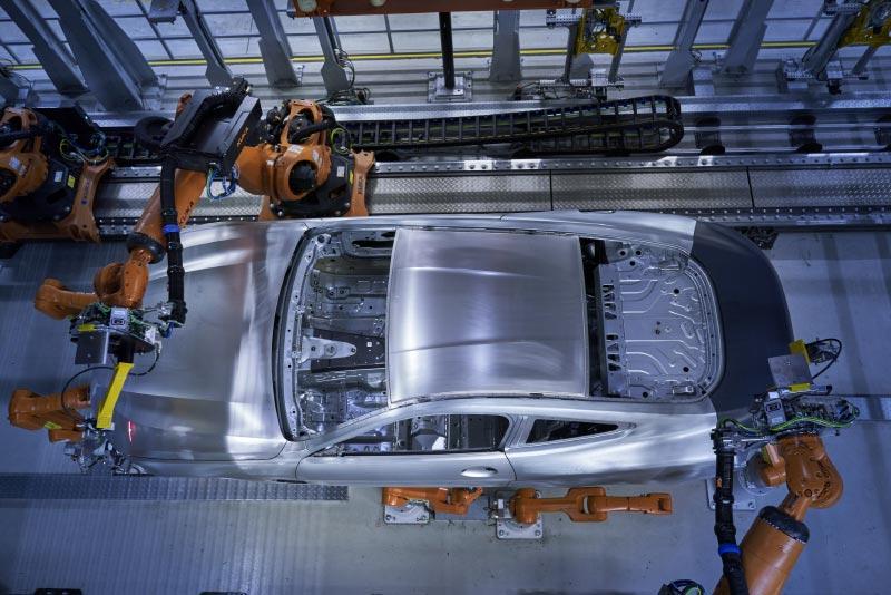 Die neue Multimesszelle im Dingolfinger Karosseriebau: Messung der Karosserie-Außenhaut des neuen BMW 8er Coupé mittels 3D-Oberflächenscan.