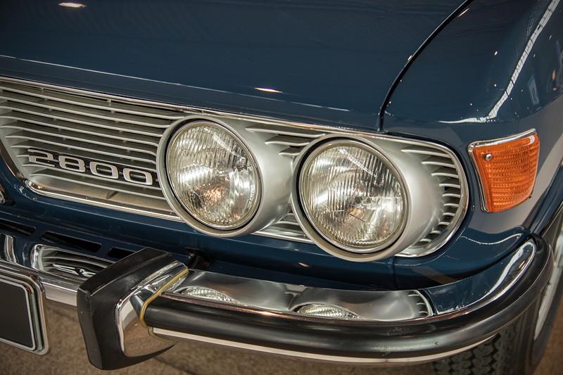 BMW 2800 mit viel Chrom, u. a. um die Doppel-Scheinwerfer, Typ-Bezeichnung im Grill