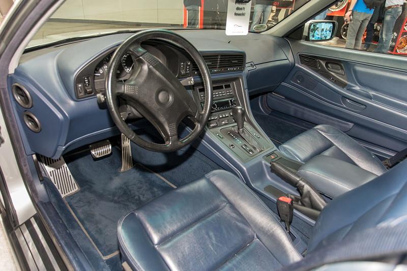 BMW 850i, Innenraum in blauer Voll-Lederausstattung, mit Airbag-Lenkrad aus dem 7er