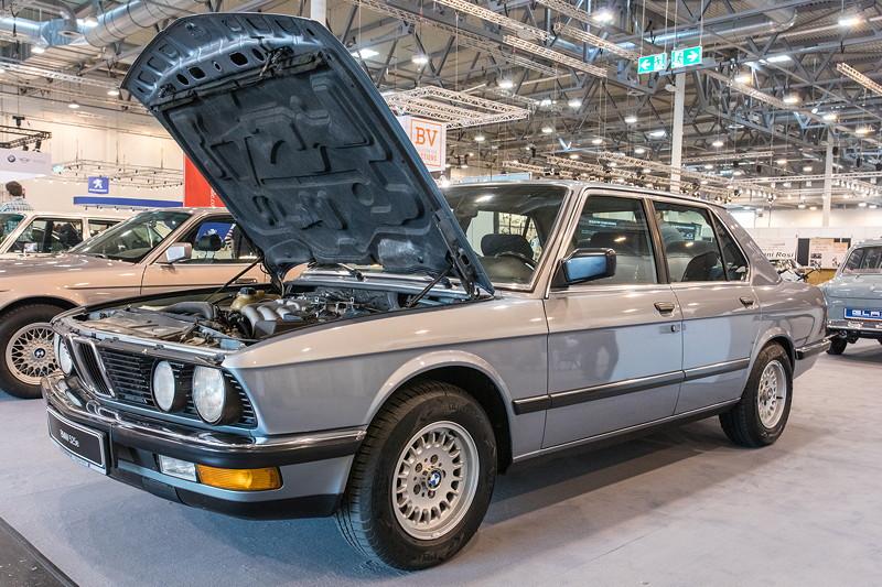 BMW 525e (Modell E28), ist auf größtmögliches Dremoment bei niedriger Drehzahl ausgelegt, um Sprit einzusparen.