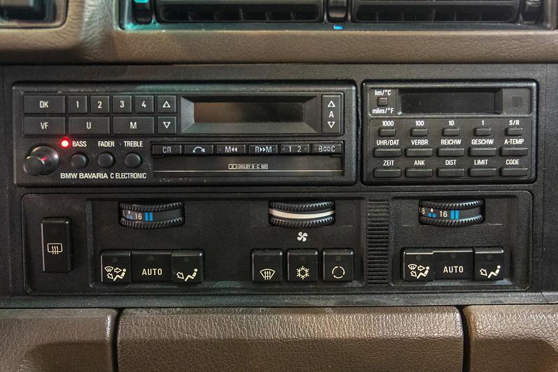 BMW 535i (Modell E34), Mittelkonsole mit Radio, Bord-Computer und Bedienung der Klima-Automatik