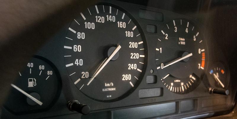 BMW 535i (Modell E34), Tacho-Instrumente