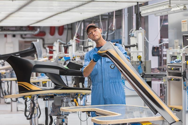 """BMW Group Werk Landshut, Individual-Lackiererei: Fertigung von Exterieur-Bauteilen für das Sondermodell """"Golden Thunder"""" des BMW 8er"""