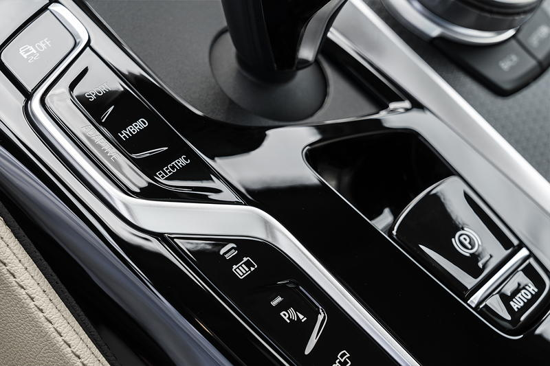 BMW 530e xDrive Limousine, Mittelkonsole mit Schalthebel und Fahr-Erlebnisschalter