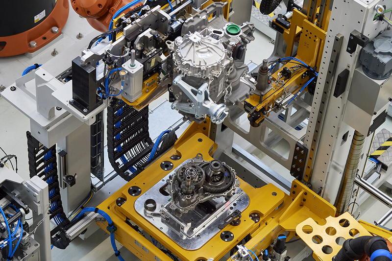 Produktion des hochintegrierten BMW E-Antriebs - Getriebemontage