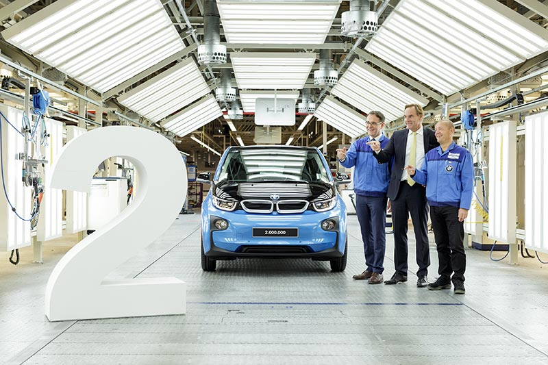 Auch das 2.000.000ste Fahrzeug aus dem BMW Group Werk Leipzig, ein BMW i3 in Protonic Blue, wurde von (v.l.) Werkleiter Hans-Peter Kemser, Leipzigs Oberbürgermeister Burkhard Jung und Betriebsratsvorsitzenden Jens Köhler im Jahr 2016 gefeiert.