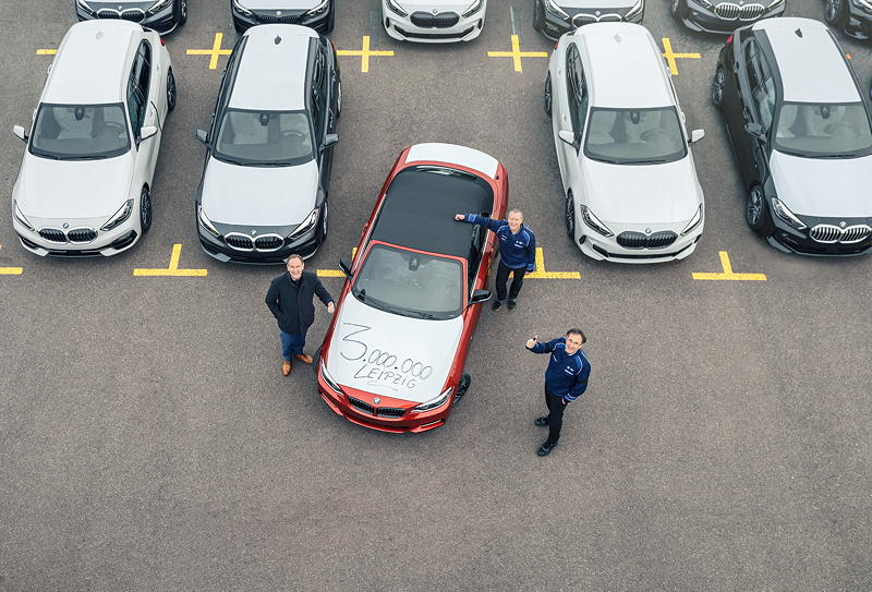 3.000.000 BMW Fahrzeuge 'made in Leipzig': Leipzigs Oberbürgermeister Burkhard Jung (links), Werkleiter Hans-Peter Kemser (vorne) und der Betriebsratsvorsitzende des Werks Leipzig, Jens Köhler (rechts) mit dem Jubiläumsfahrzeug, einem BMW M240i Cabrio in Sunset Orange.