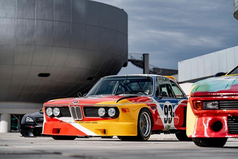 Alexander Calder, BMW Art Car, 1975 - BMW 3.0 CSL, vor der BMW Group Firmenzentrale und BMW Museum in München.