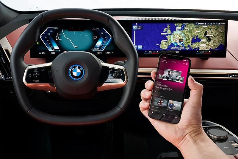 München, BMW iX 2021 Cockpit mit CID und 5G Handy.