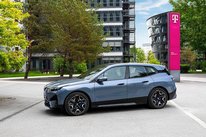 München, BMW iX 2021 vor Telekom Niederlassung.
