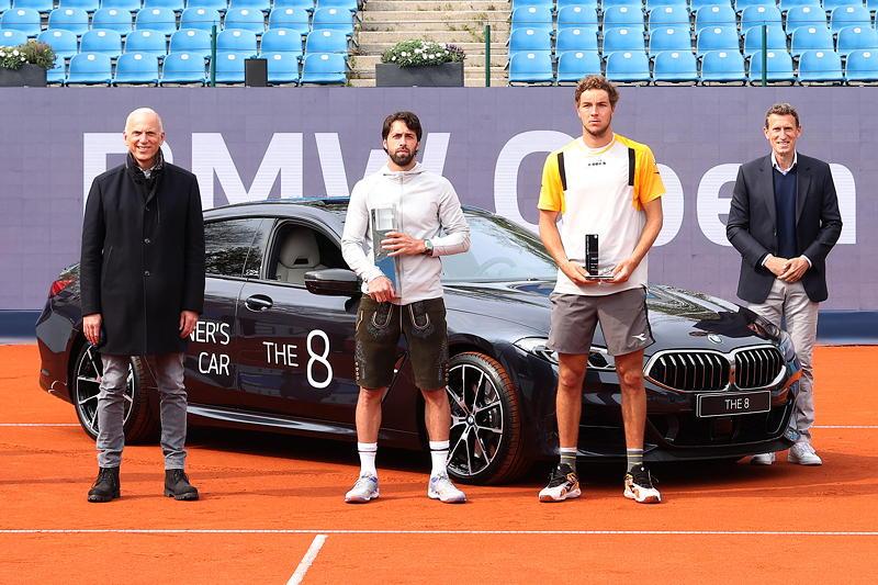 BMW Open 2021: Pieter Nota (Mitglied des Vorstands der BMW AG, Kunde, Marken, Vertrieb), Nikoloz Basilashvili, Jan-Lennard Struff, Patrik Kühnen (Turnierdirektor)