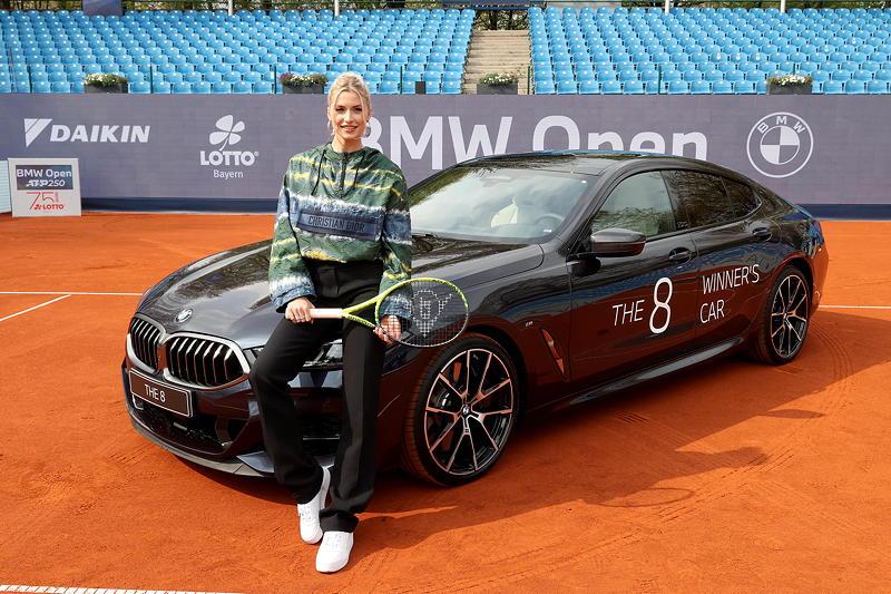 BMW Open 2021: Lena Gercke am Siegerfahrzeug BMW M850i xDrive Gran Coupé.