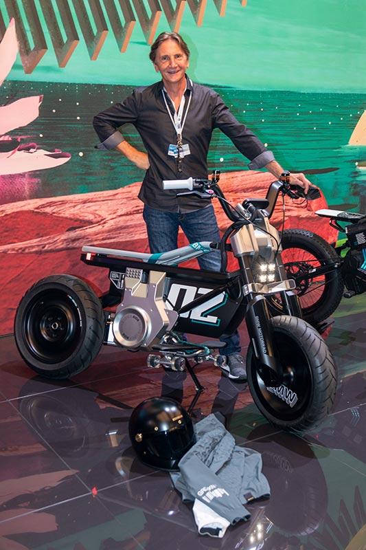 Edgar Heinrich, Leiter Design BMW Motorrad, auf dem BMW Messestand, IAA Mobilit 2021, mit dem BMW Motorrad Concept CE 02.