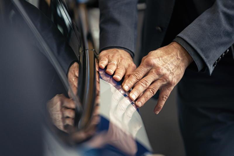 JEFF KOONS X BMW. Künstler gestaltet eine Edition des BMW 8er Gran Coupé. Foto: Enes Kucevic