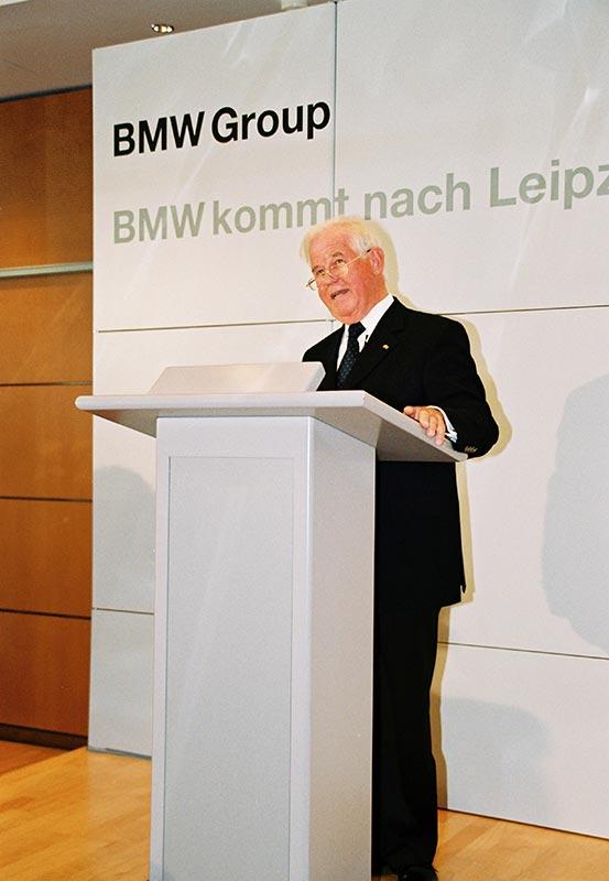 Der damalige Ministerpräsident des Freistaats Sachsen, Kurt Biedenkopf, bei der Pressekonferenz zur Verkündung der Standortentscheidung für Leipzig am 18. Juli 2001.