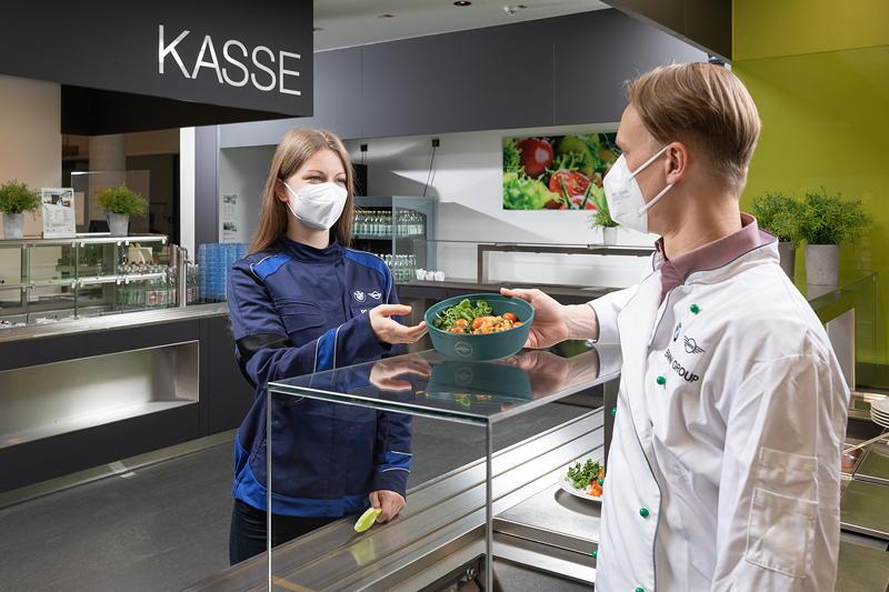 Das BMW Group Werk Landshut setzt in der Betriebsgastronomie vollständig recyclebare Mehrweg-Schalen ein.