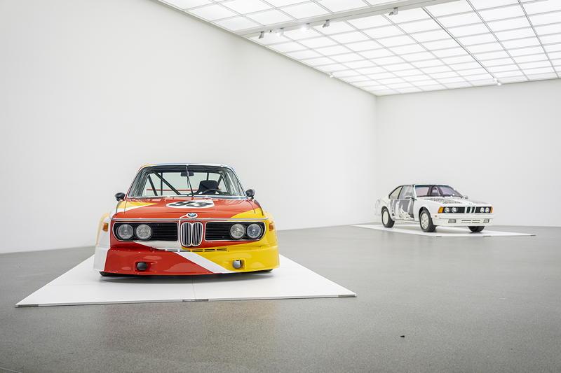 BMW Art Car von Alexander Calder (BMW 3.0 CSL, 1975); BMW Art Car von Robert Rauschenberg (BMW 635 CSi, 1986).