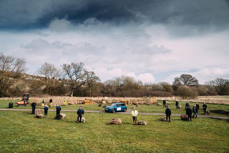 MINI boost for Tiny Forest initiative. Freiwillige Pflanzer posieren am Waldstandort Swindon.