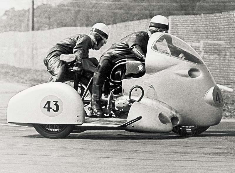 Wilhelm Noll und Fritz Cron auf ihrer BMW während der Saison 1954