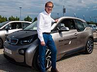 BMW i Fahrzeuge bei Ministerdialog zu Verkehrssicherheit.
