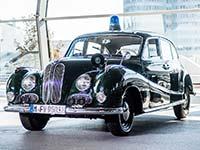 Erste BMW Einsatzfahrzeuge in neuem, blauem Streifendesign an die Bayerische Polizei �bergeben.