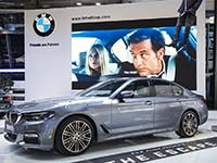 Die neue BMW 5er Limousine in der BMW Welt. Interaktive Fahrzeugausstellung.