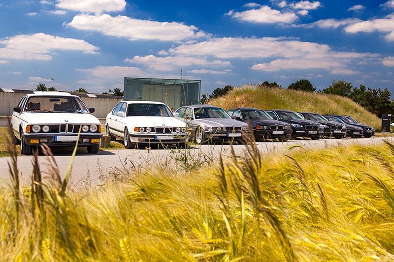Die Teilnehmerfahrzeuge vor der Langen Foundation in Neuss