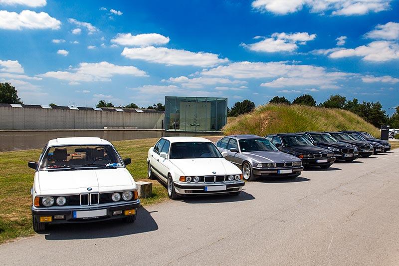 Teilnehmerfahrzeuge vor der Langen Foundation in Neuss
