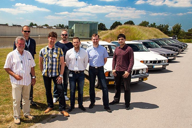 Teilnehmer von 7-forum.com mit ihren Teilnehmerfahrzeuge vor der Langen Foundation in Neuss