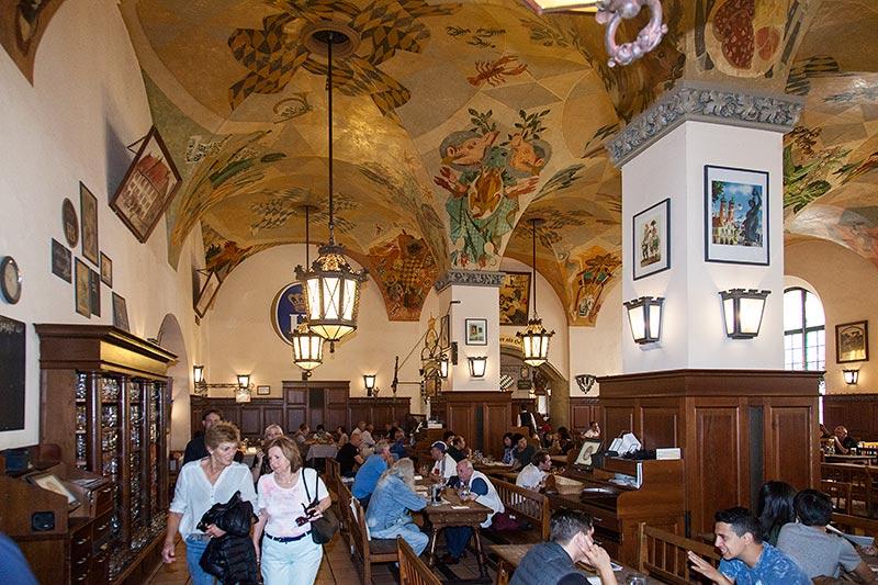 Jahrestreffen-Teilnehmer in der die als 'Schwemme' bezeichnete Gewölbe-Halle im Hofbräuhaus in München