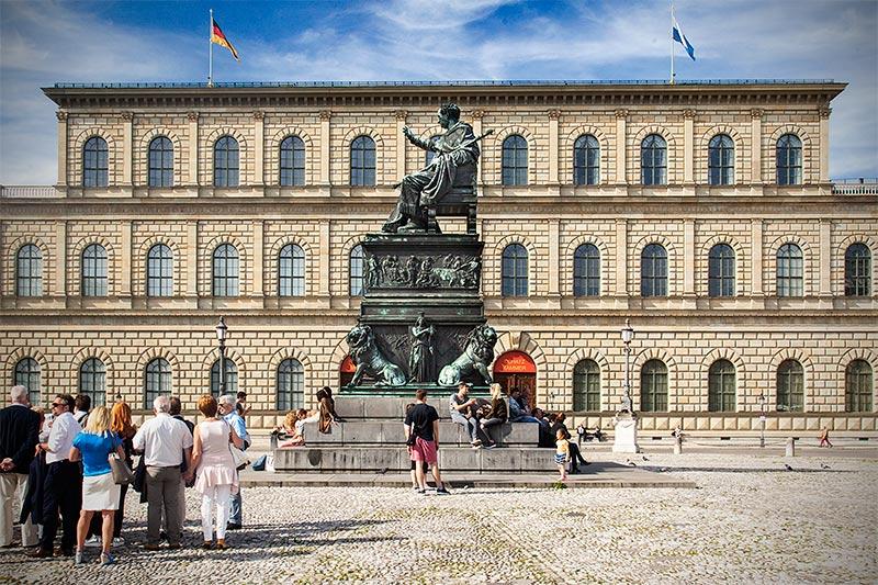 Max-Joseph-Platz in München mit dem Denkmal des thronenden Maximilian I. Joseph vor der Residenz in München