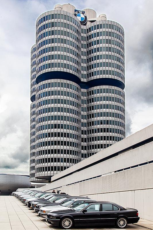 7-forum.com Jahrestreffen 2016: BMW 7er-Reihe vor der BMW Konzernzentrale, vorne der BMW 740i (E38) von Dirk ('BMW Schrauber')