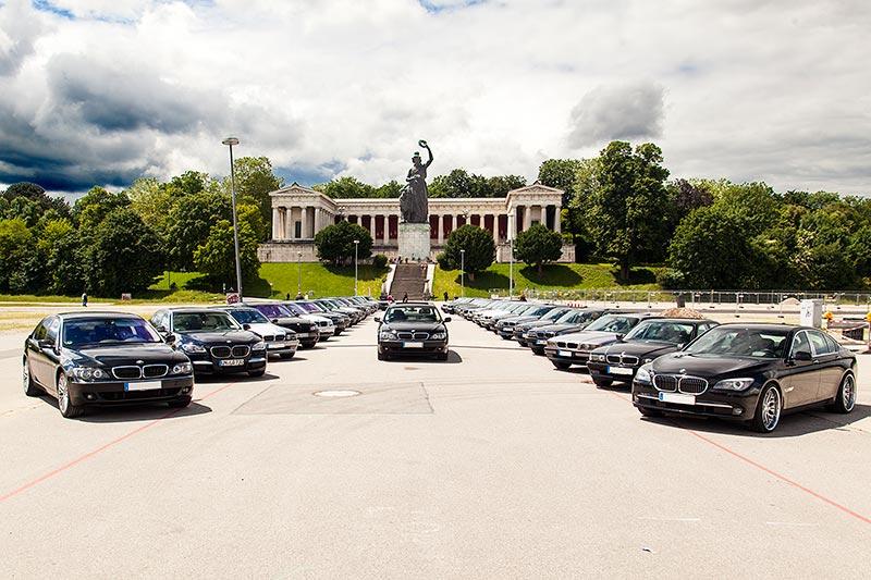 Gruppenfoto der Jahrestreffenteilnehmer am Sonntag an der Bavaria auf der Theresienwiese in München.