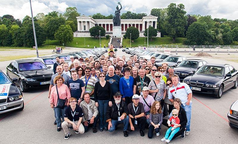 7-forum.com Jahrestreffen 2016, Gruppenfoto an der Bavaria. Teilnehmer vor den 7er-BMWs und der Bavaria.