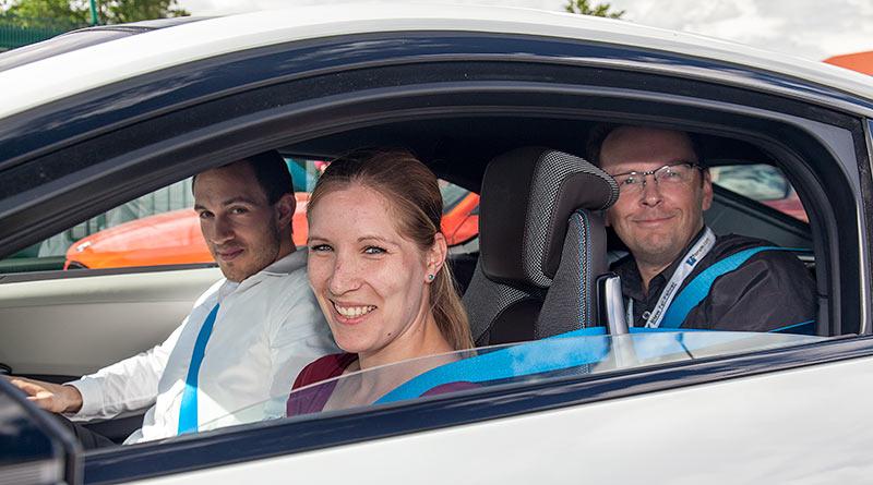 Jahrestreffen 2016: Grillen und Diagnose bei Ray in Hohenbrunn. Christiane bei ihrer Probefahrt im BMW i8. Hinten ihr Freund Ralf ('Ralle735iV8')