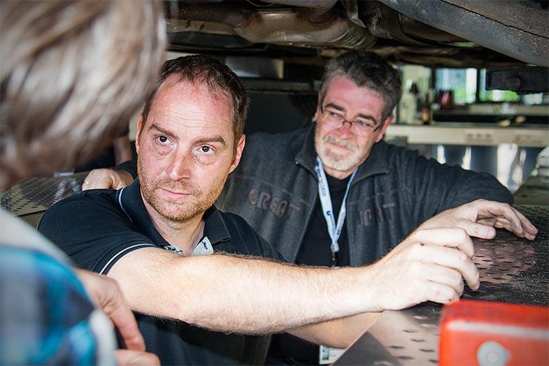 Jahrestreffen 2016: Grillen und Diagnose bei Ray in Hohenbrunn. Ray ('ray_muc') im regen Austausch mit seinen Gästen am Fahrzeug.