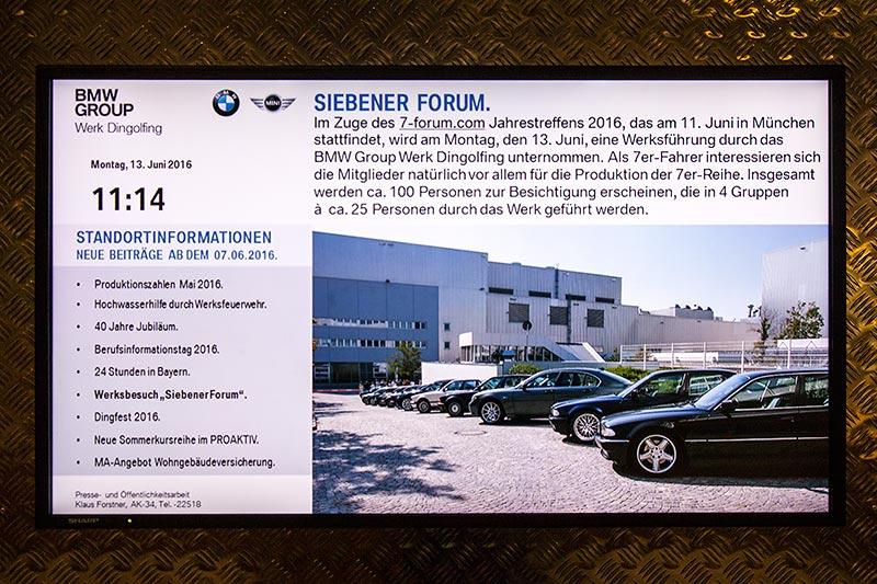 7-forum.com Jahrestreffen 2016, Besichtigung im BMW Werk Dingolfing: auf den Werksmonitoren wurden die Mitarbeiter über die Besichtigung des 7er-Forums bereits im Vorfeld informiert.