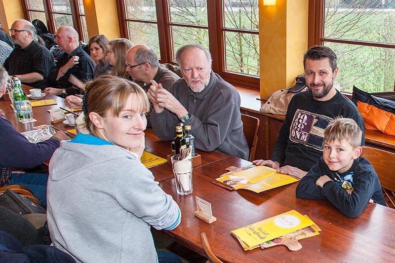 Rhein-Ruhr-Stammtisch im Januar 2017 mit Viola ('*Phoebe*'), Peter ('TurboPeter'), Michal ('bmwe23') und Dominik