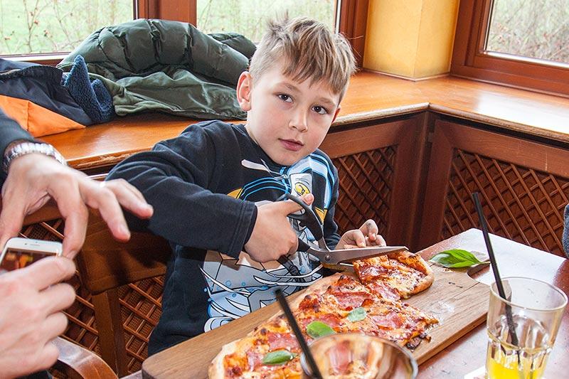 Rhein-Ruhr-Stammtisch im Januar 2017, Dominik hatte sich einen halben Meter Pizza bestellt